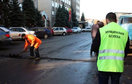 IMG_87 В Одессе власть убирает незаконных «лежачих полицейских»