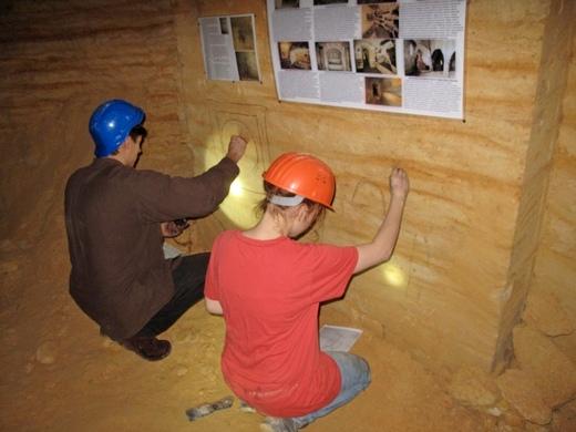 IMG_4827 В одесских катакомбах художники восстановили старинную настенную роспись