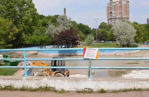 DSC_0084 Со дна пруда в одесском парке Победы подняли тонны мусора и ила
