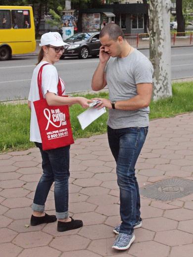 aids15 Одесситам под ОГА раздавали презервативы