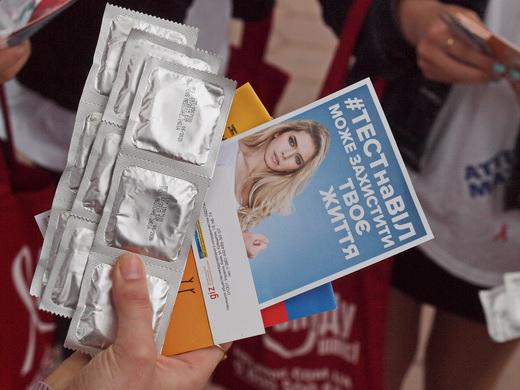 aids16 Одесситам под ОГА раздавали презервативы