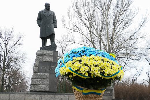 День рождения Кобзаря: к памятнику Шевченко возложили цветы фото