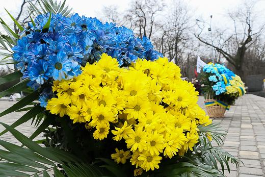 День рождения Кобзаря: к памятнику Шевченко возложили цветы фото 15