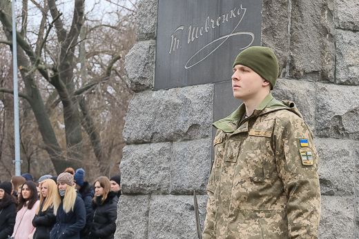 День рождения Кобзаря: к памятнику Шевченко возложили цветы фото 3