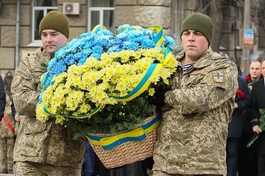 День рождения Кобзаря: к памятнику Шевченко возложили цветы фото 8
