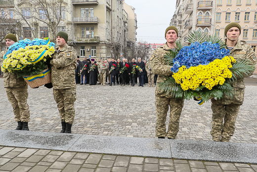День рождения Кобзаря: к памятнику Шевченко возложили цветы фото 6