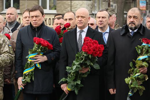 День рождения Кобзаря: к памятнику Шевченко возложили цветы фото 7