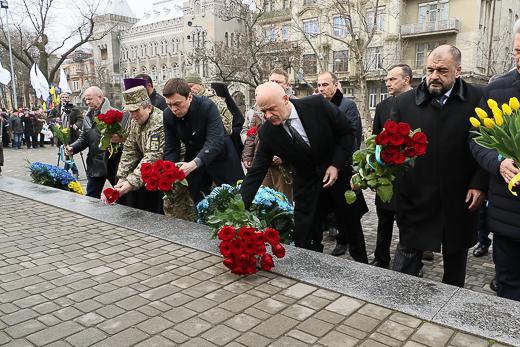 День рождения Кобзаря: к памятнику Шевченко возложили цветы фото 9