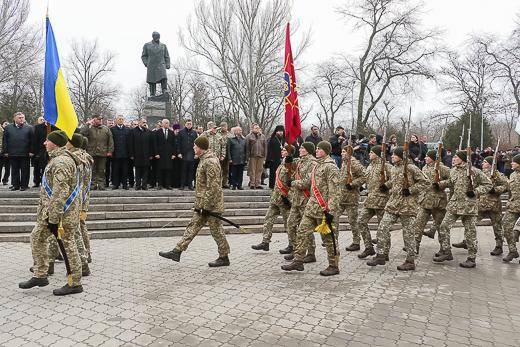 День рождения Кобзаря: к памятнику Шевченко возложили цветы фото 13