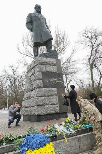День рождения Кобзаря: к памятнику Шевченко возложили цветы фото 12