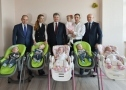 President of Ukraine gave the quintuplets a car. Photo
